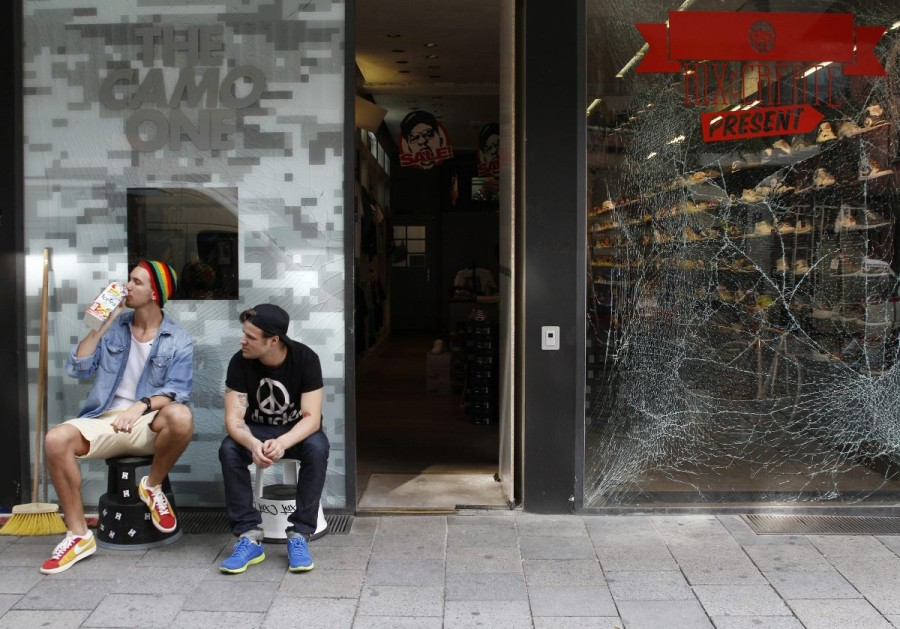 Damage to the Kickz Monaco store on the Feilitzschstraße two days after the controlled explosion in August 2012. -- photo: dpa