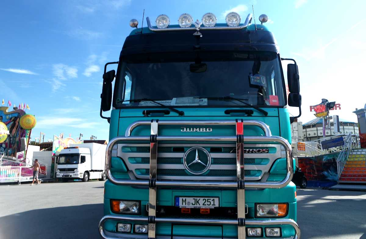 Mercedes truck right in the middle of things -- munichFOTO