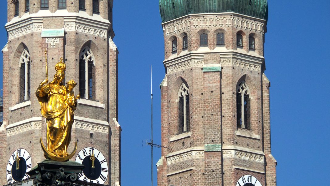 Photo Gallery: Looking Up on a Sunny Marienplatz Morning | MunichNOW