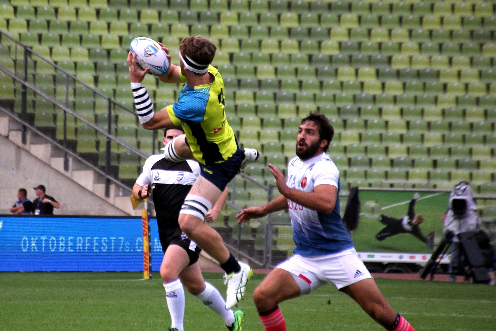Australia goes for the ball against France -- munichFOTO