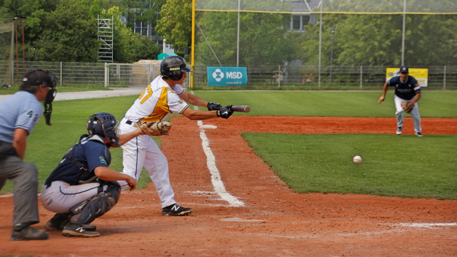 .... and the sacrifice bunt is perfectly executed, advancing the runner -- munichFOTO / Jeffrey Ely